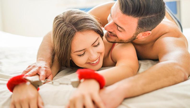Brincadeiras eróticas são perfeitas para apimentar a sua relação no Carnaval.