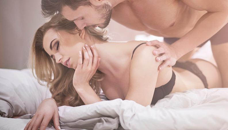 O casal pode aproveitar o Carnaval para descobrir os prazer do sexo anal.
