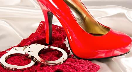 Uma calcinha de renda vermelha, um sapato de salto alto vermelho e uma algema cromada. Iítens que você pode encontrar com descpntpos de até 70% na Hot Pepper Sex Shop