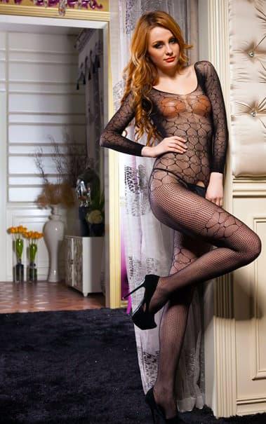 Uma modelo ruiva muito sensual usando uma lingerie sexy.