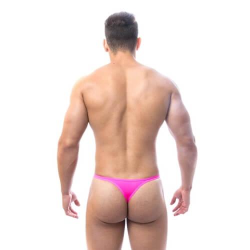 Um homem atlético usando uma Cueca fio dental Rosa
