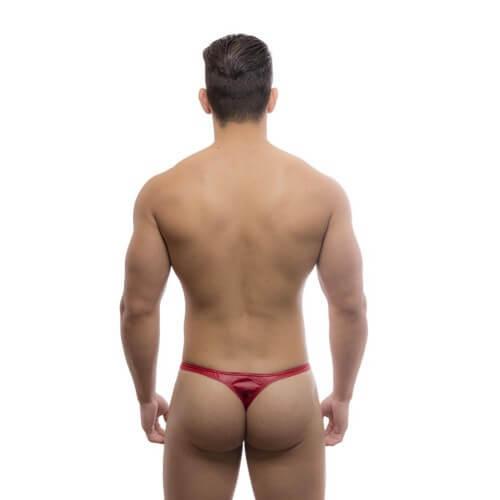 Um homem atlético usando uma Cueca fio dental vermelha
