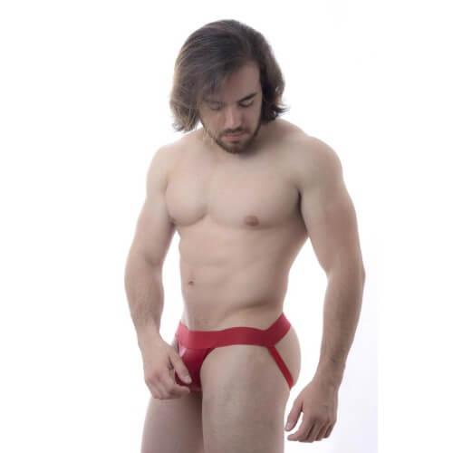 Um homem atlético usando uma Cueca jack strap vermelha