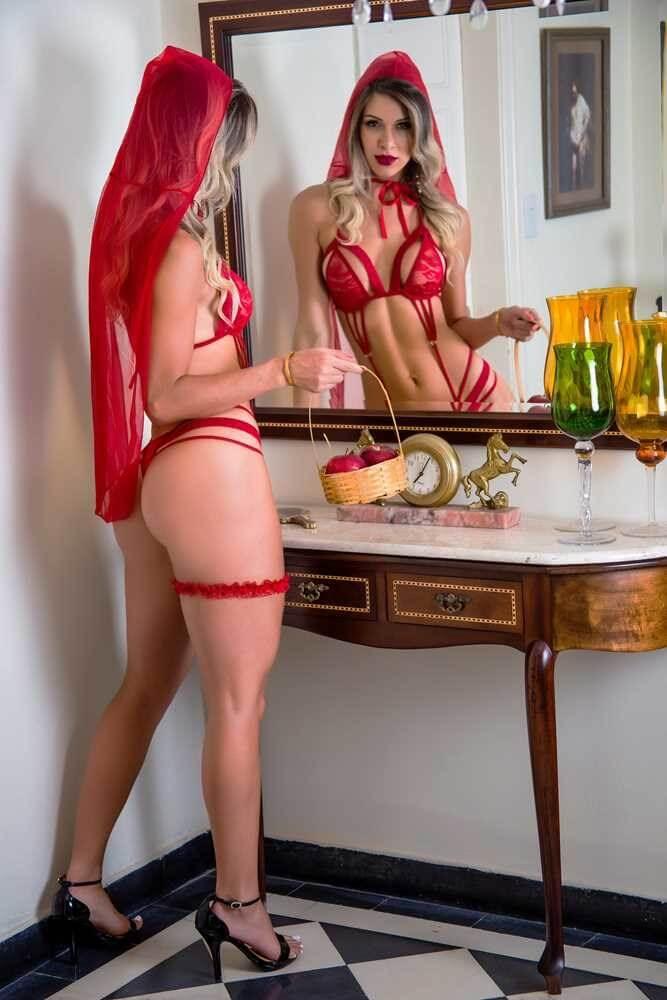 Fantasia Erótica Chapeuzinho Vermelho. Possui top fabricado em vinil, calcinha fio dental em renda, persex e o capuz para formar um look extremamente sensual.
