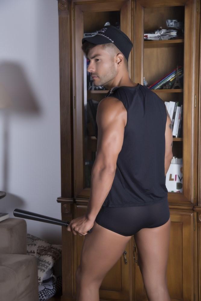 Fantasia Masculina Policial.  Composta por camisa, cueca e um boné, essa fantasia proporciona um visual sexy, de tirar o fôlego. Veja mais detalhes!
