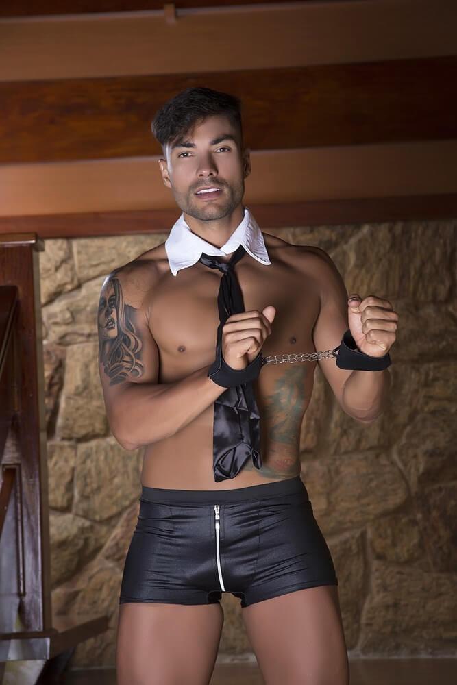 Composta por algemas, gravata e uma cueca boxer com zíper frontal, essa fantasia proporciona fortes emoções e excitação intensa.