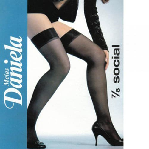 Uma embalagem de uma meia calça 7/8. Uma modelo com pernas lindas usando uma meia calça muito sexy