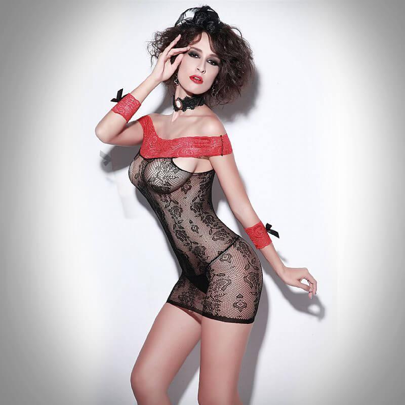 Uma morena sexy usando o Mini Vestido Tomara que Caia Rouge Et Noir Preto Com Vermelho